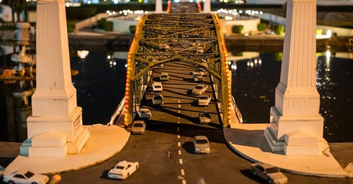 Автомобили на мосту в Мини Сиам