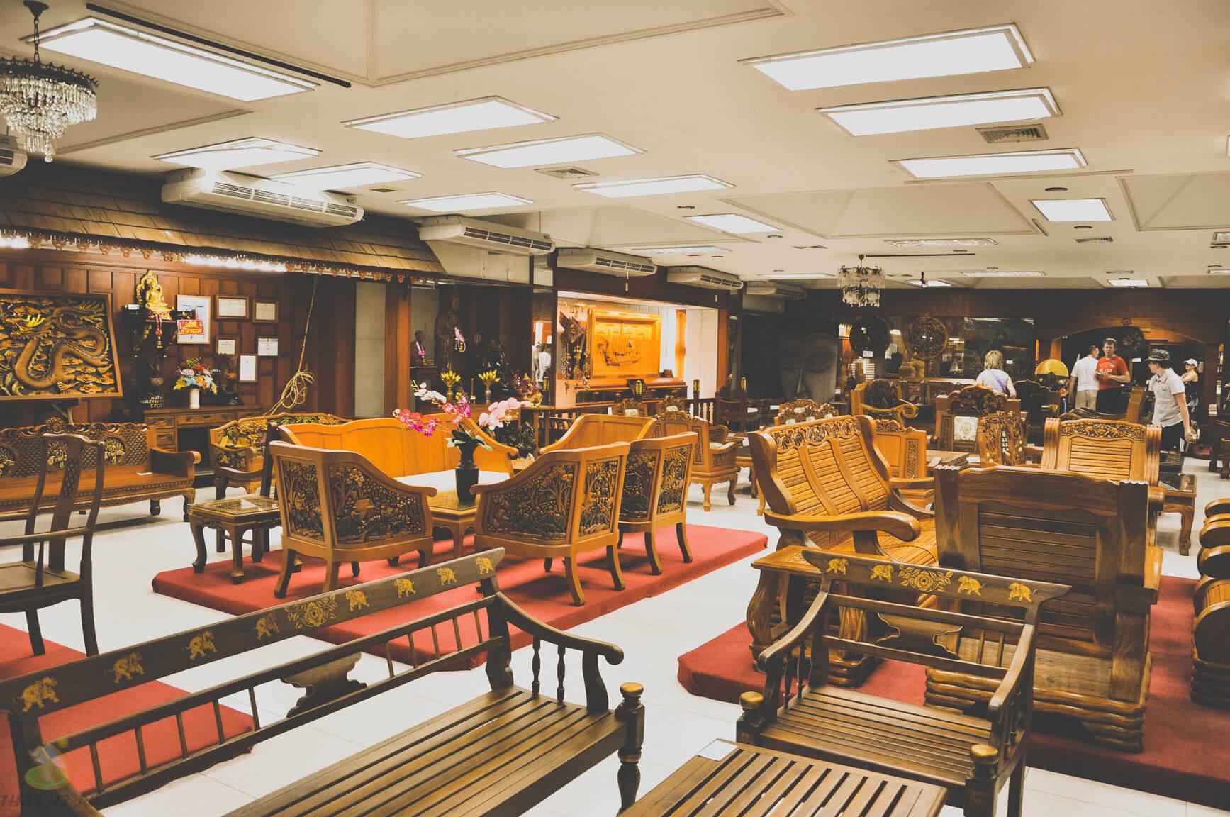 Зал с мебелью на тиковой фабрике