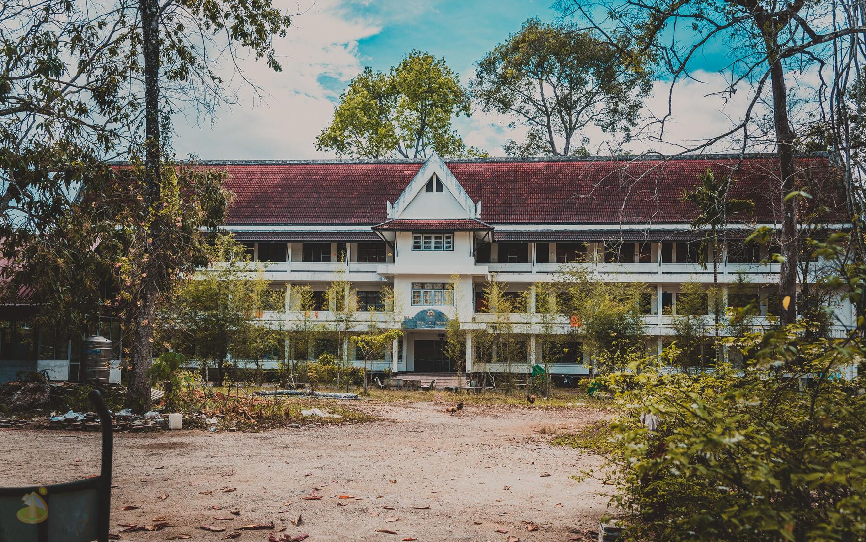 Здание школы возле храма Ват Кэу