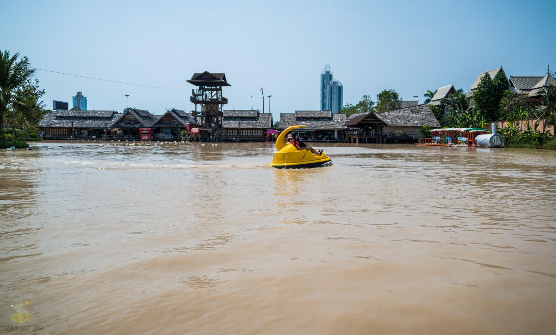 Лодки из будущего на плавучем рынке в Паттайе