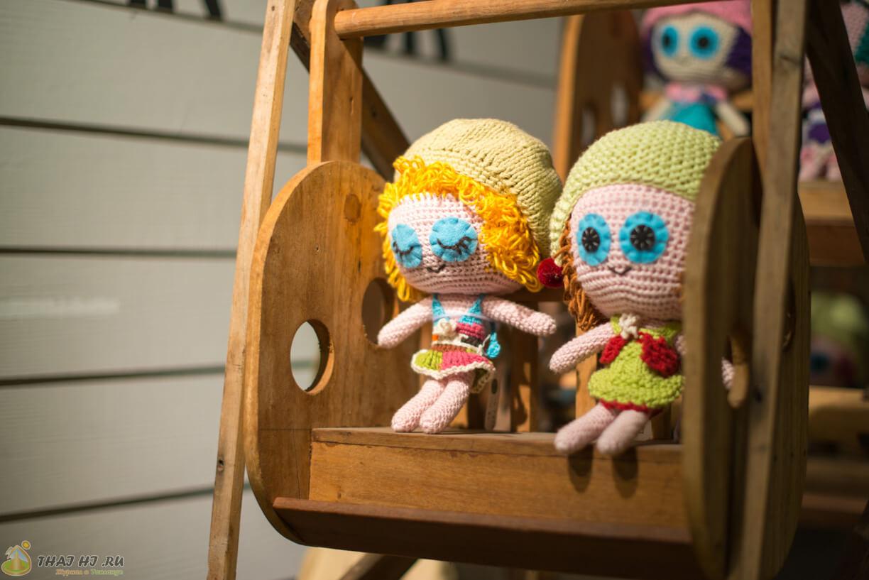 Вязанные куклы на рынке Цикада