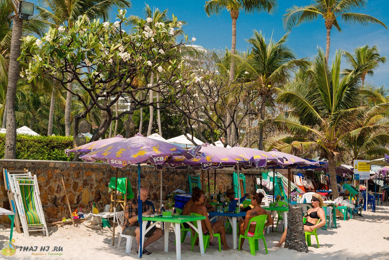 Столики на пляже