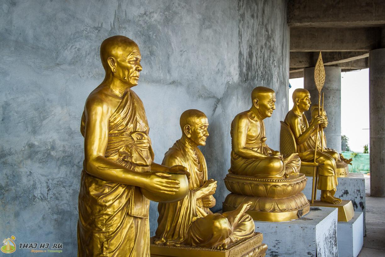 Золотистые статуи