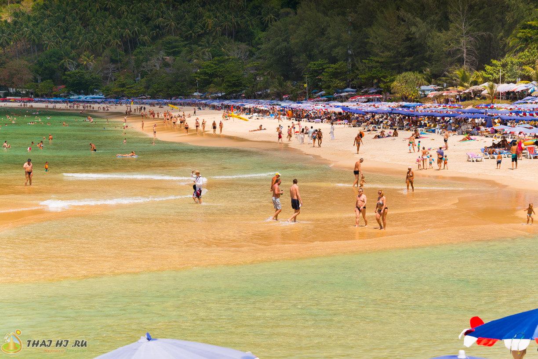 Песок на пляже Наи Харн