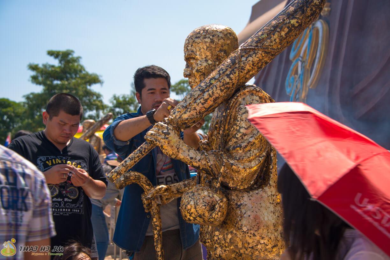 Тайцы клеят золотистые листики