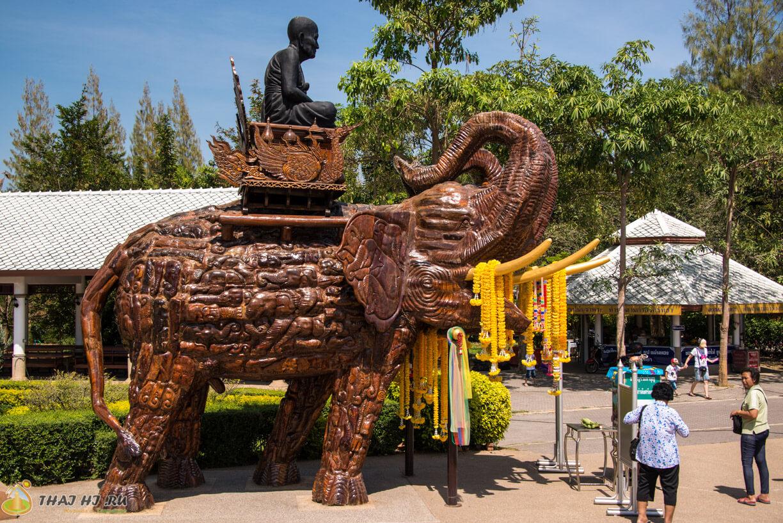 Слоны из дерева возле Wat Huay Mongkol
