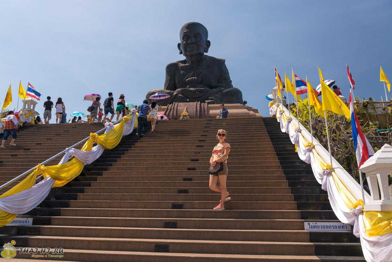 Wat Huay Mongkol - ступеньки