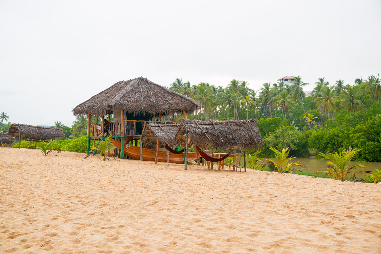 Кафе на берегу в Тангалле