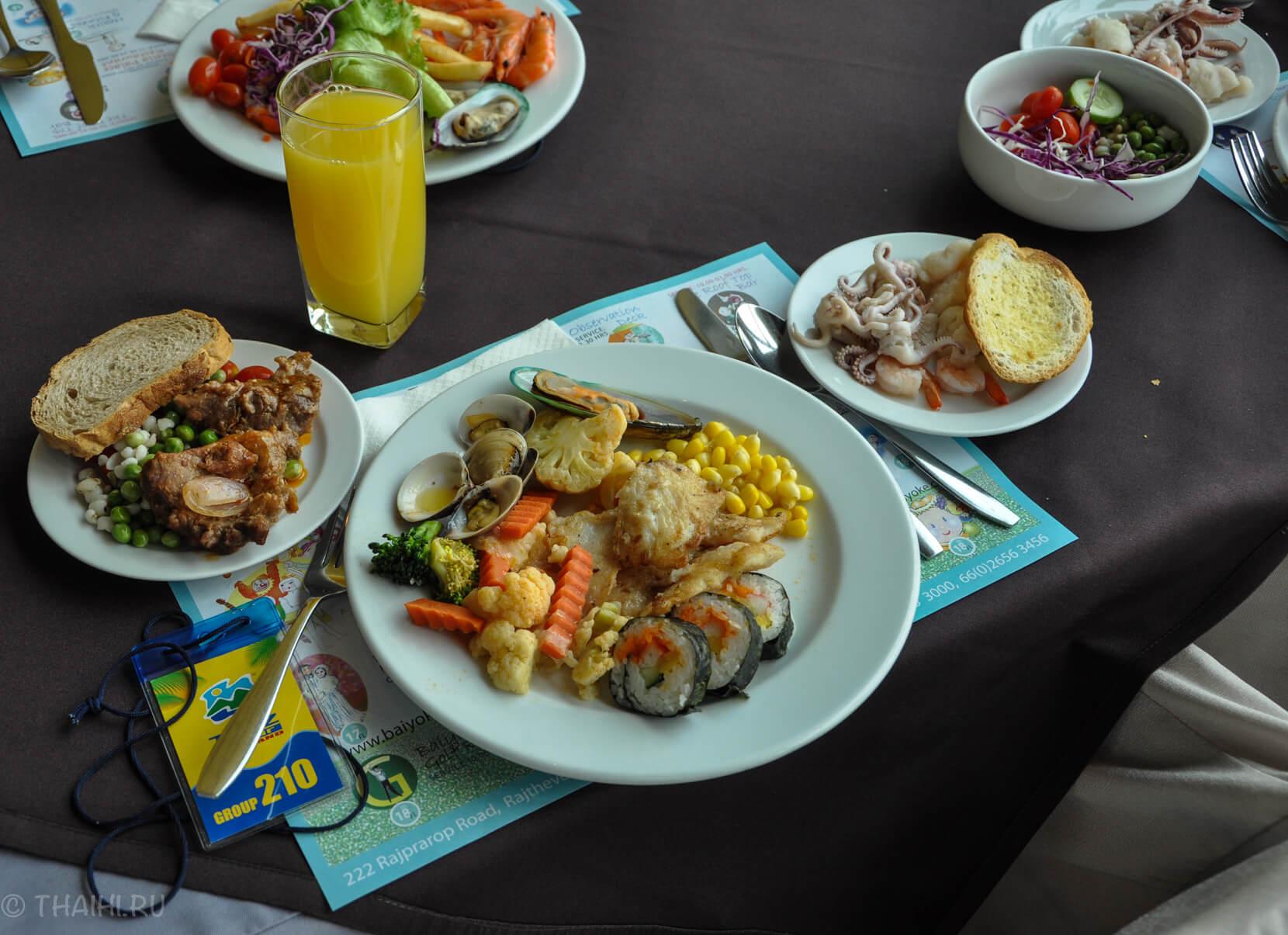 Еда в ресторане башни Baiyoke Sky