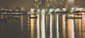 Город ночью - жизнь кипит