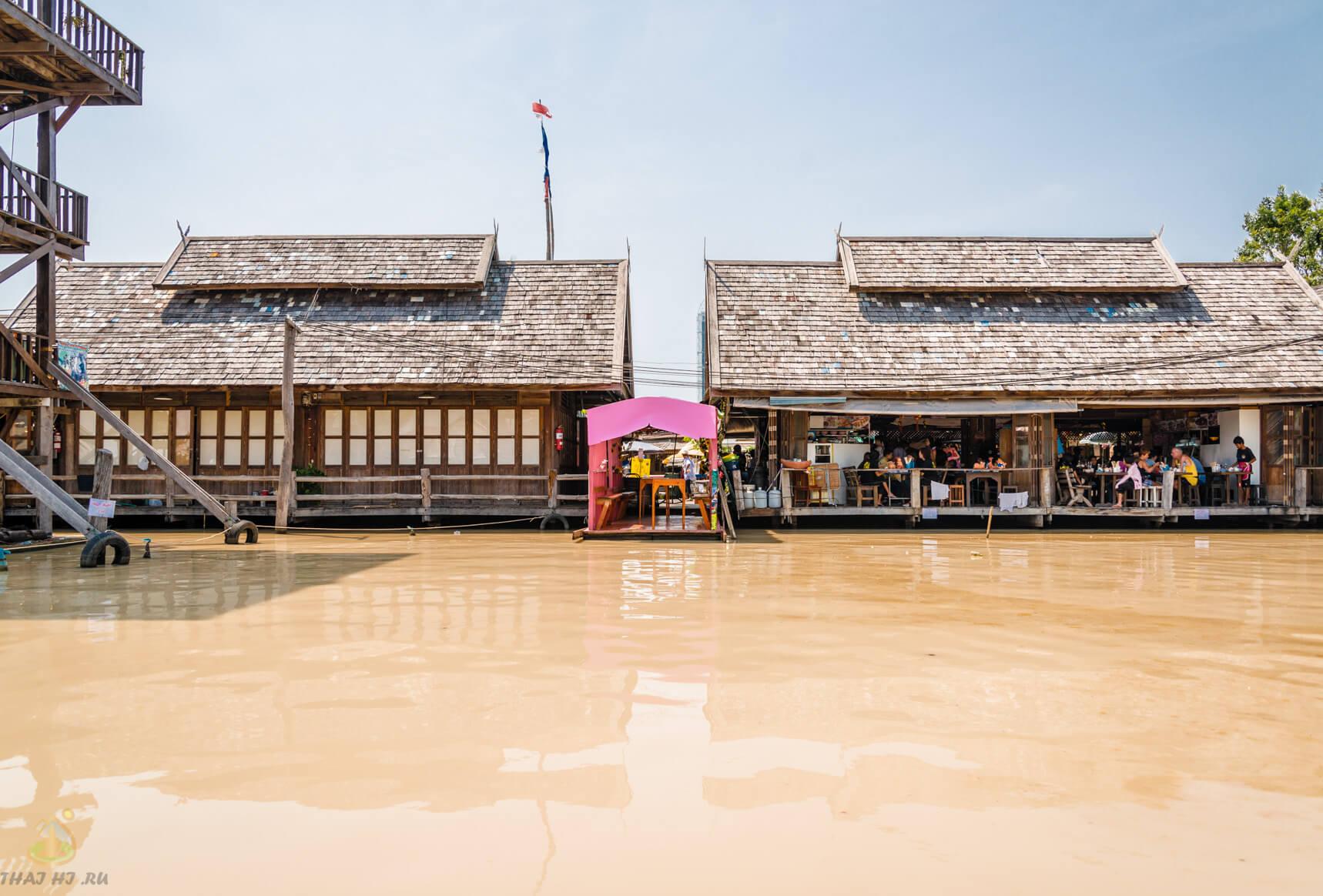 Катамараны на плавучем рынке