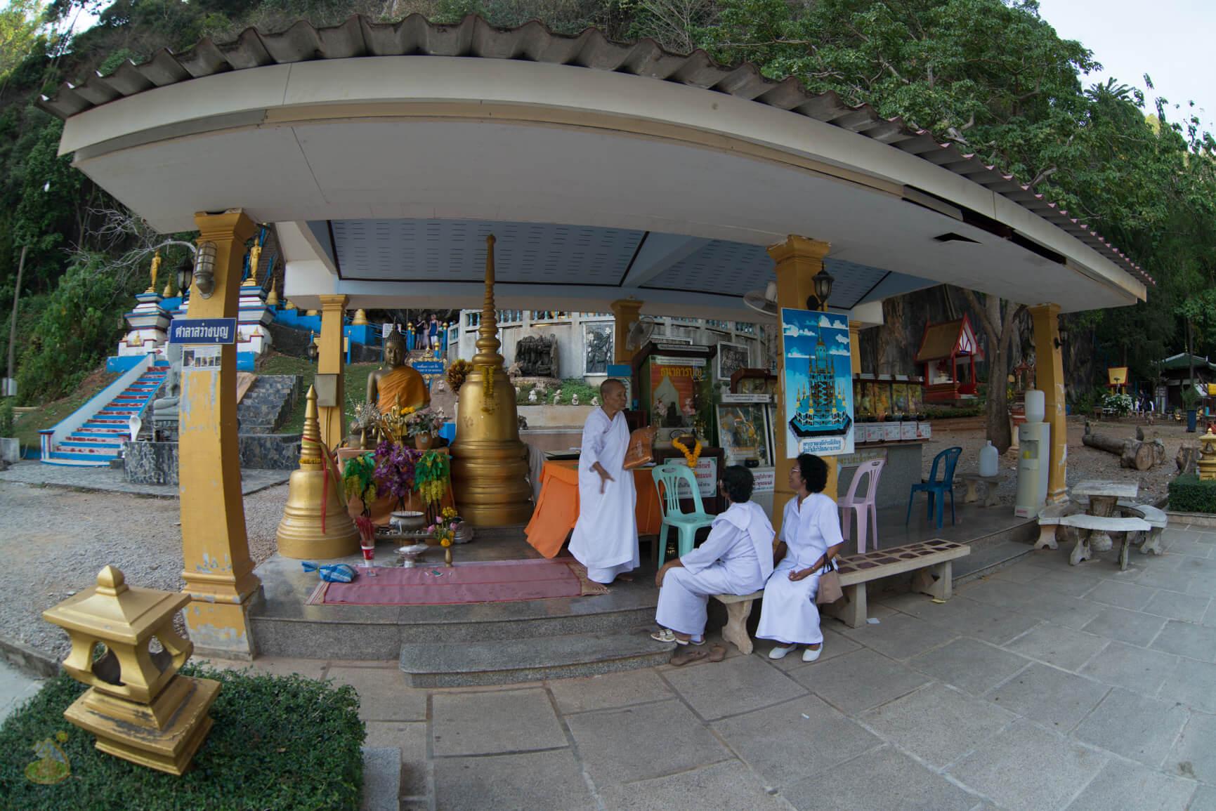 Монахи у Tiger Temple фото