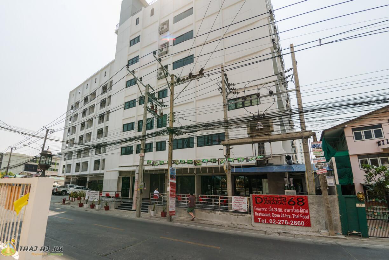 У входа в отель Bangkok 68