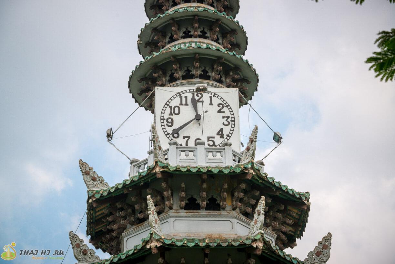 Часы на башне в парке Люмпини